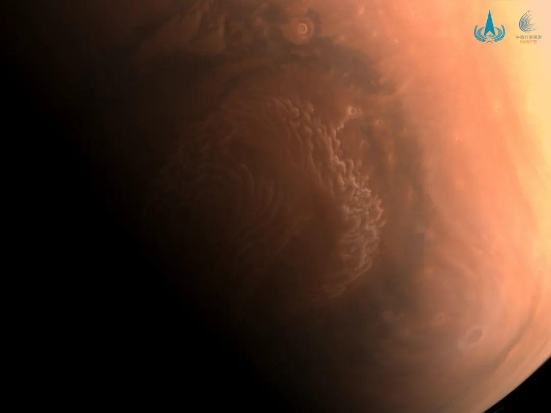 天问一号探测器拍摄三幅高清火星影像图 其中一幅是彩色
