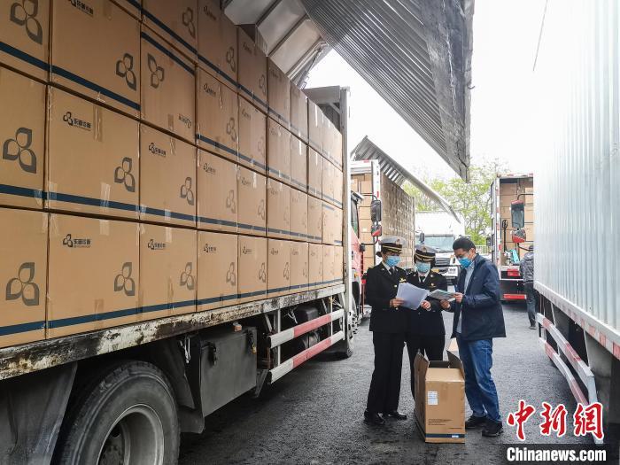 北京海关所属海淀海关关员现场验放出口防疫物资50万份。北京海关供图 北京海关供图 摄